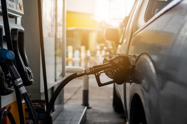 Kraftstoffdüse zum nachfüllen von kraftstoff im auto an der tankstelle.