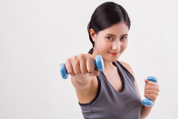 Krafttraining der gesunden fitnessfrau mit hantel