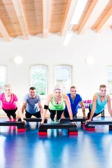 Krafttraining im fitnessstudio bei liegestützen