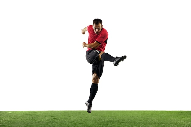 Kraftvoll, fliegend über das feld. junger fußball, fußballspieler in aktion