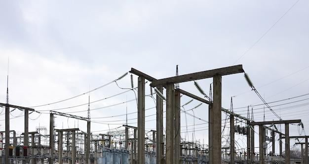 Kraftwerk ist eine transformationsstation. viele kabel, masten und drähte, transformatoren. elektroenergie.