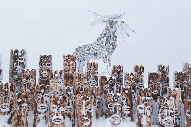 Krai perm, russland - 02. januar 2021: fragment eines schneebedeckten kunstobjekts in form einer gruppe von idolen, die anthropomorphe figuren und elche darstellen