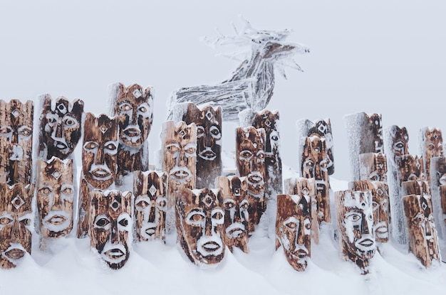 Krai perm, russland - 02. januar 2021: schneebedecktes holzkunstobjekt - gruppe von idolen, die anthropomorphe figuren und elche darstellen