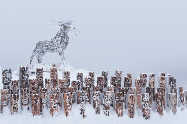 Krai perm, russland - 02. januar 2021: schneebedecktes kunstobjekt in form einer gruppe von idolen, die anthropomorphe figuren und elche darstellen