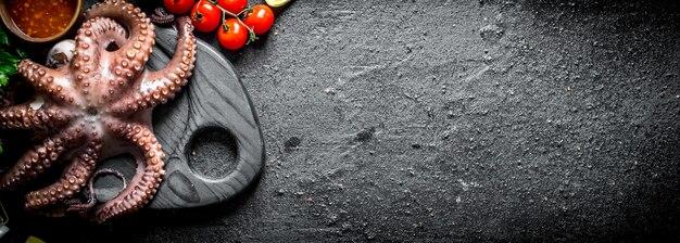 Krake auf einem schneidebrett mit kirschtomaten.