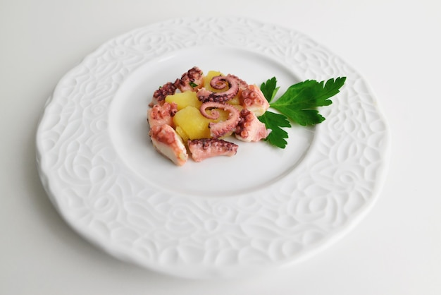 Kraken-kartoffel-salat, typisches essen aus dem mittelmeerraum.