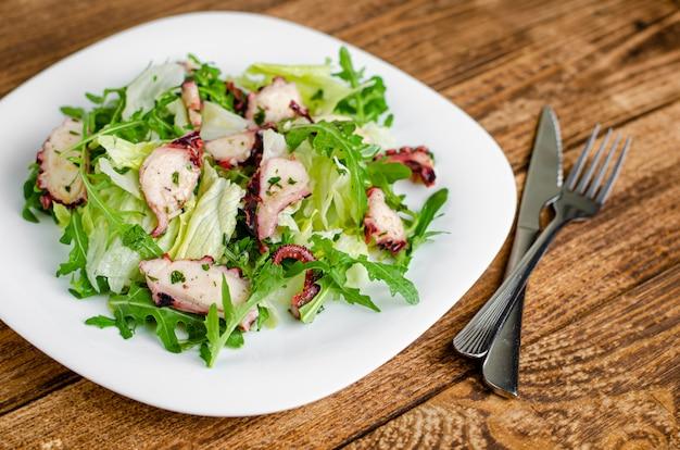 Krakensalat auf holztisch