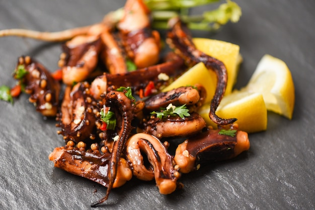 Krakensalat mit zitronenkräutern und gewürzen