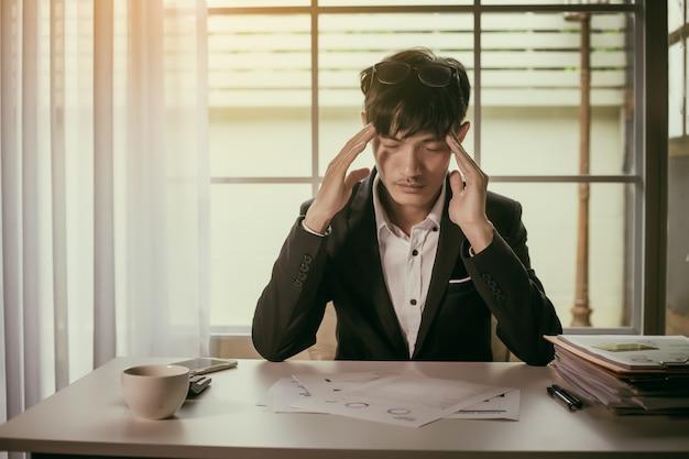 Krank und müde fühlen. geschäftsmann, der sich von der arbeit gestresst fühlt.