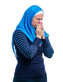Kranke arabische frau mit grippe isoliert auf weißem hintergrund