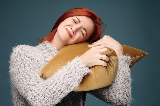 Kranke frau, die schreckliche kopfschmerzen hat und hand auf unterarm hält.