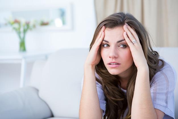 Kranke frau, die unter hauptschmerz leidet