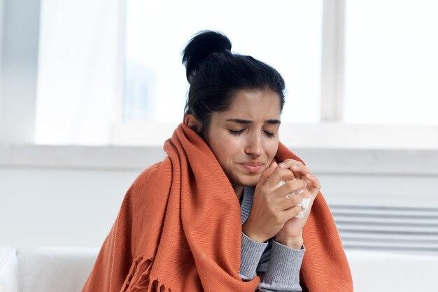 Kranke frau glas wasser medizin gesundheit kältebehandlung
