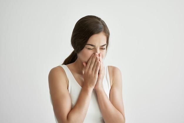 Kranke frau im weißen tanktop taschentuch laufende nase gesundheitsprobleme erkältung
