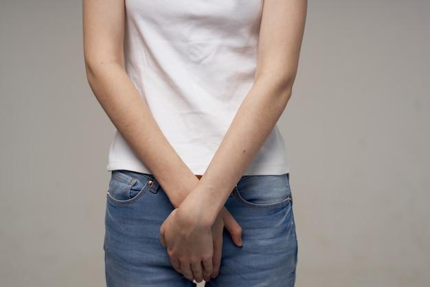 Kranke frau leistenschmerzen intime krankheit gynäkologie heller hintergrund