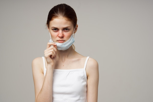 Kranke frau medizinische maske kalte unzufriedenheit studio