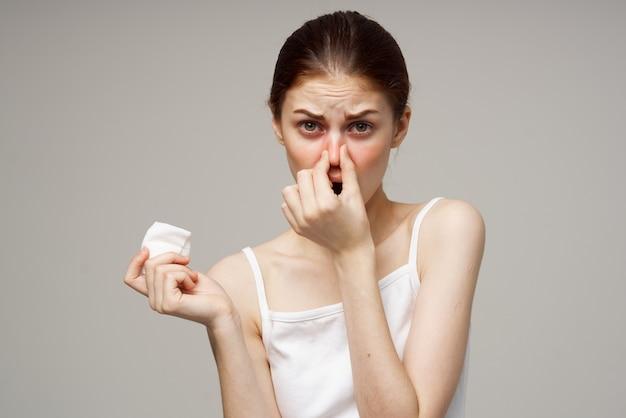 Kranke frau medizinische maske kalte unzufriedenheit