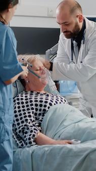 Kranke frau mit schwerem atmen bittet um medizinische hilfe im bett