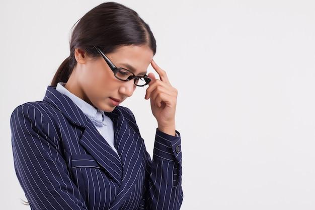 Kranke frustrierte geschäftsfrau mit kopfschmerzen