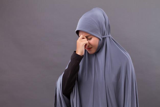 Kranke gestresste frau mit kopfschmerzen, migräne, schwindelsymptomen