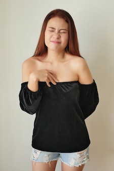 Kranke gestresste frau mit saurem reflux, gerd-symptomen