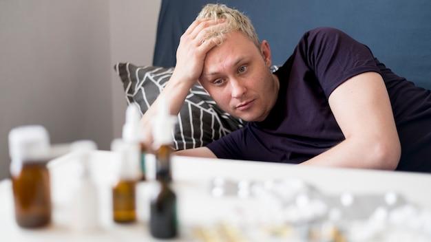 Kranke person im haus und pillen