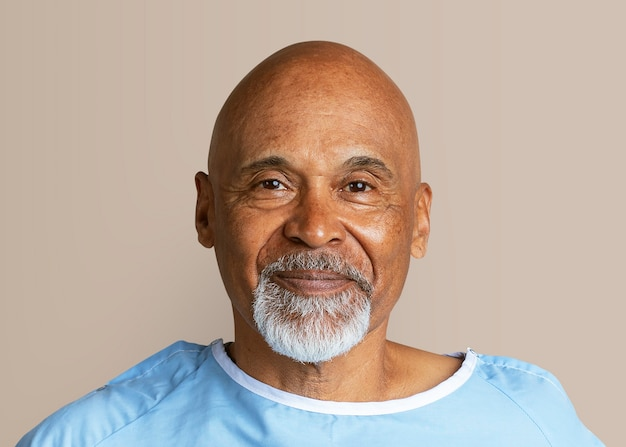 Krankenhauspatient eines älteren mannes, geheilt von covid-19
