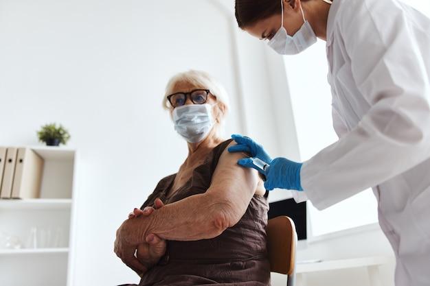 Krankenhauspatientenspritze mit impfvirusepidemie. foto in hoher qualität