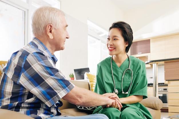 Krankenschwester beruhigt den patienten
