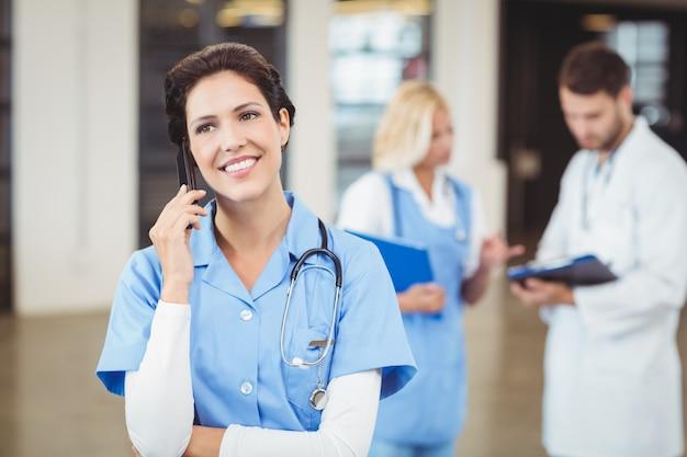 Krankenschwester, die am handy spricht