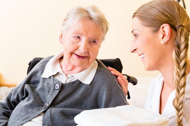 Krankenschwester, die der frau im altersheim versorgungen holt
