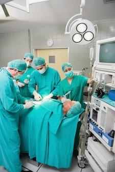 Krankenschwester, die eine maske auf einem patienten hält