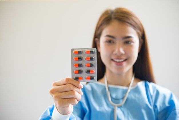 Krankenschwester, die medikamente gibt