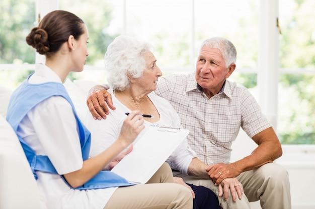 Krankenschwester, die sich zu hause um kranken älteren patienten kümmert