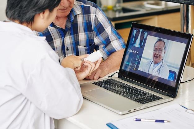 Krankenschwester empfiehlt dem patienten tabletten