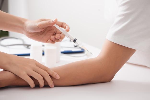 Krankenschwester nimmt blut aus den venen