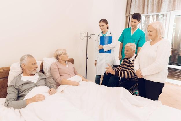 Krankenschwester tropft eine medizinische pipette für ältere menschen.