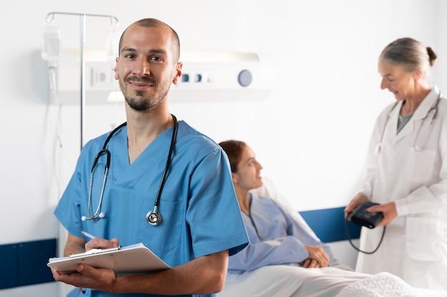 Krankenschwester und arzt helfen dem patienten mittlerer schuss