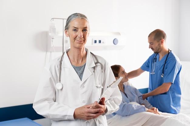 Krankenschwester und arzt helfen dem patienten