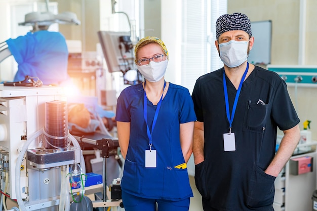 Krankenschwester und arzt mit medizinischer ausrüstung. künstlicher lungenbeatmungsmonitor auf der intensivstation. belüftung der lunge mit sauerstoff. covid-19 und coronavirus-identifizierung. pandemie.