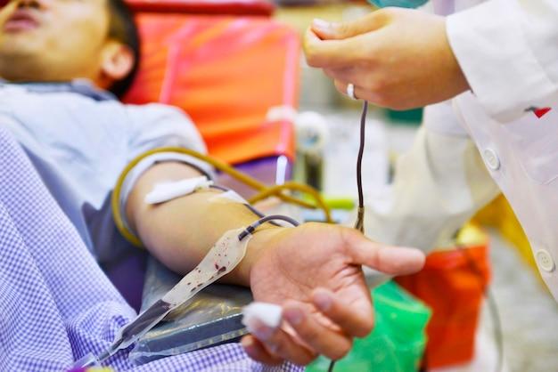 Krankenschwester- und patientenblutproben blutspende im krankenhaus
