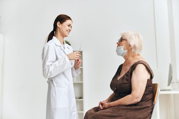 Krankenschwester und patientenimpfklinik