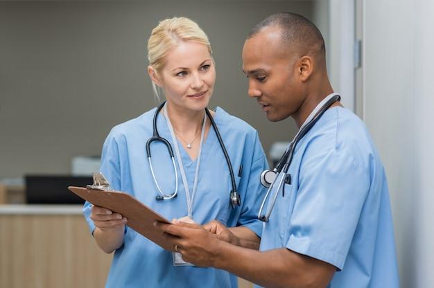 Krankenschwestern, die medizinische berichte überprüfen