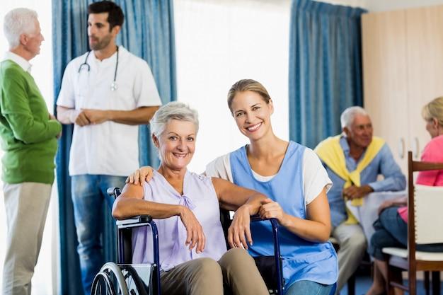Krankenschwestern, die sich um senioren kümmern