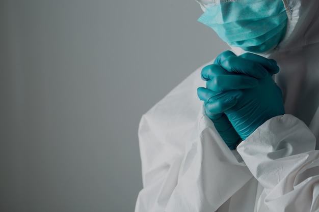 Krankenschwestern in psa-kleidung sind entmutigt und müde von der covid-19-pandemie.