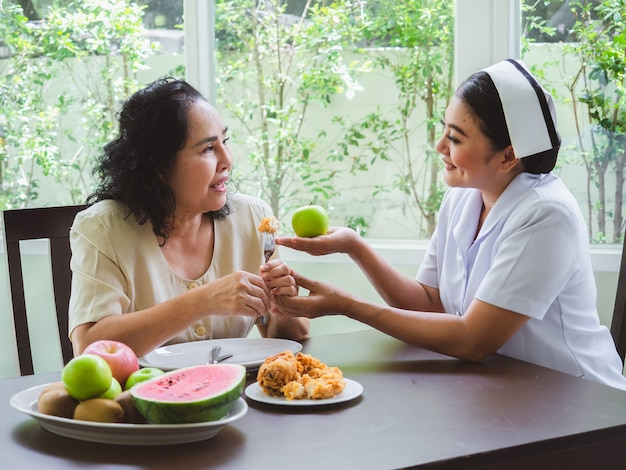 Krankenschwestern ist es verboten, gebratenes hühnchen zu essen.