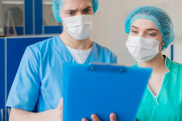 Krankenschwestern mit zwischenablage