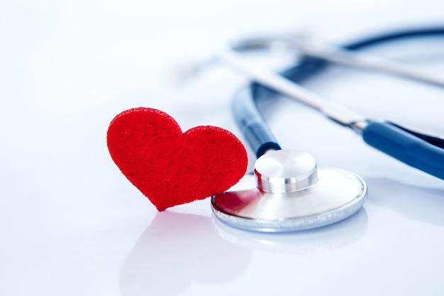 Krankenversicherung und medizinisches gesundheitswesenherzkrankheitskonzept