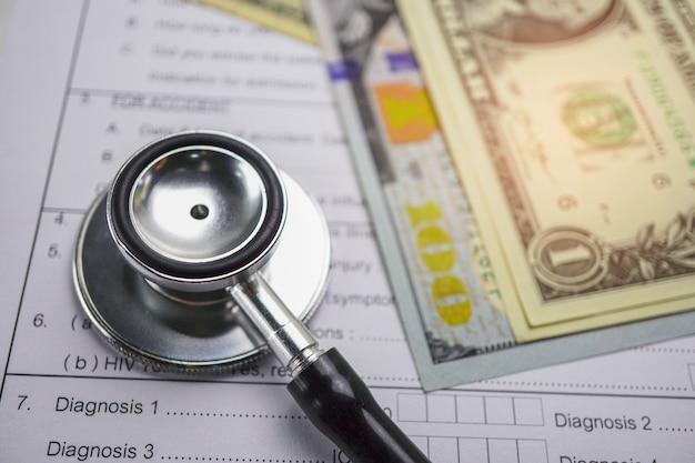 Krankenversicherungs-unfallschadenformular mit münzengeld und auto.