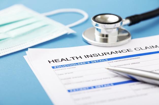 Krankenversicherungsdokument mit stethoskop